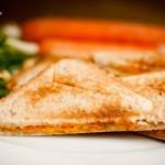 Käse-Karotten-Sandwich mit Joghurt-Dip